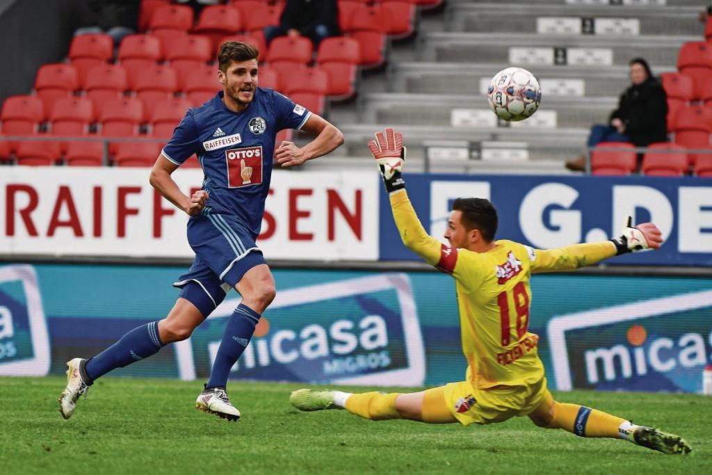 Pascal Schürpf, der aktuelle Goalgetter des FC Luzern, markiert an Sion-Goalie Kevin Fickentscher vorbei das 1:1. (Bild: Martin Meienberger/Freshfocus)