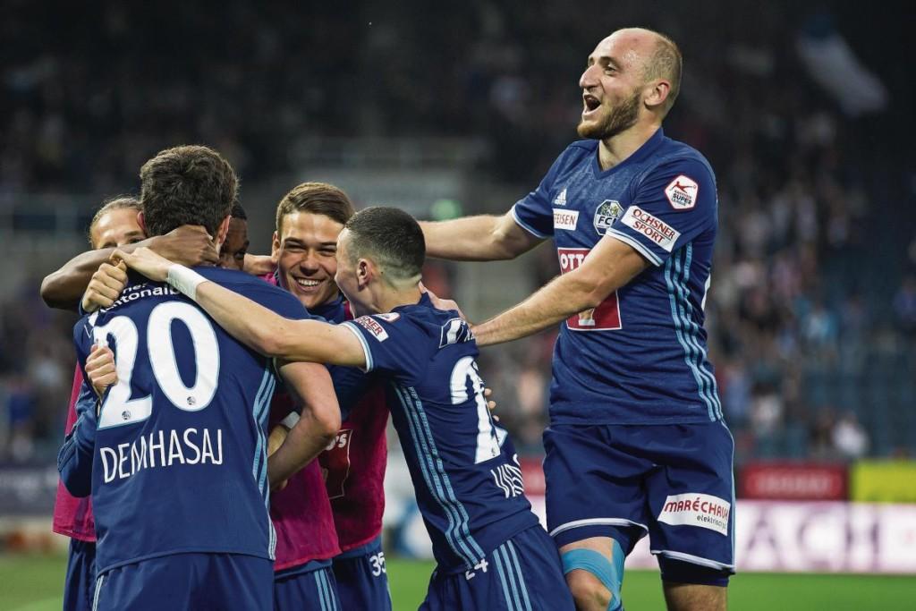 Spieler des FC Luzern beglückwünschen Shkelqim Demhasaj (links) zu seinem Treffer zum 2:0. (Bild: Alexandra Wey)